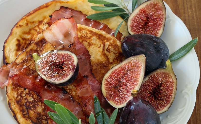 Placuszki owsiane z boczkiem i figami / Oatmeal pancakes with bacon and figs