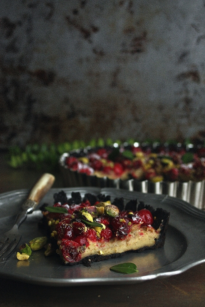 Mini tart with cranberries and pistachios