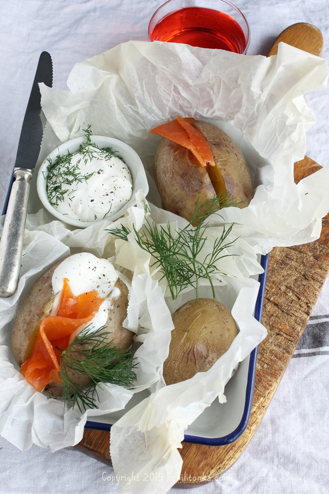Ziemniaki pieczone z wędzonym pstrągiem | chilitonka