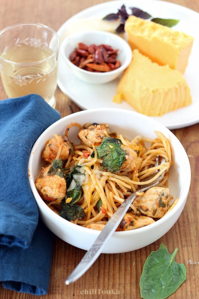 Spaghetti z kurczakiem, szpinakiem i pomidorami | chilitonka