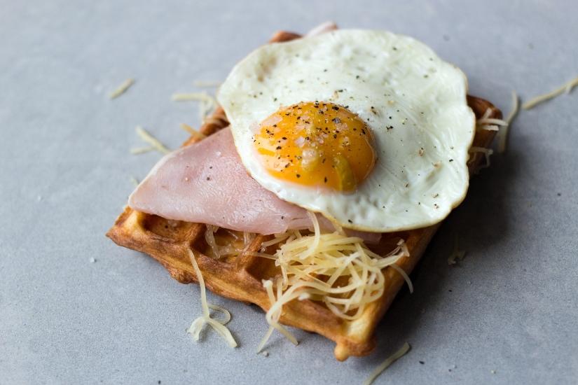 Wytrawne gofry | Waffles with cheese, ham and a friedegg