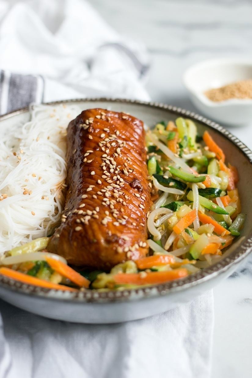 Łosoś teriyaki z makaronem ryżowym i warzywami zwoka