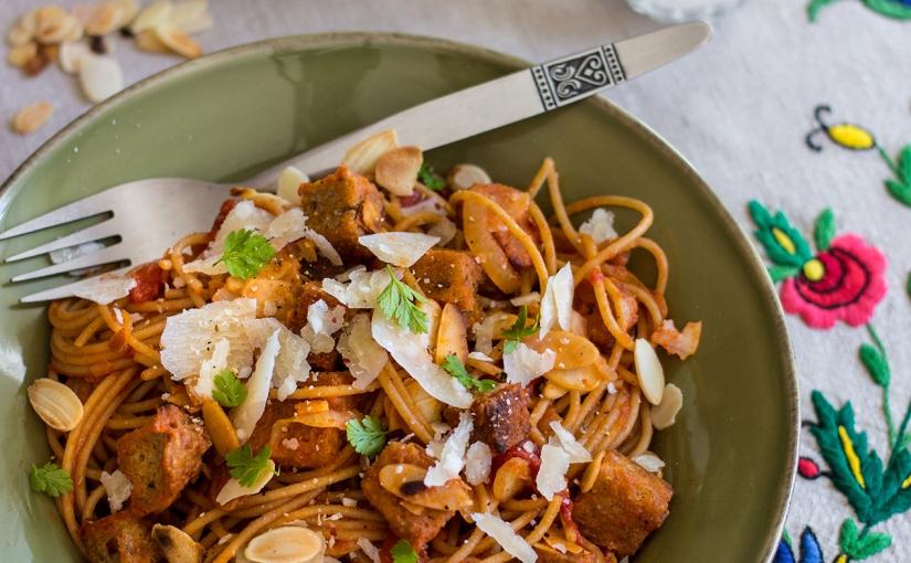 Pomidorowe spaghetti z grzankami imigdałami